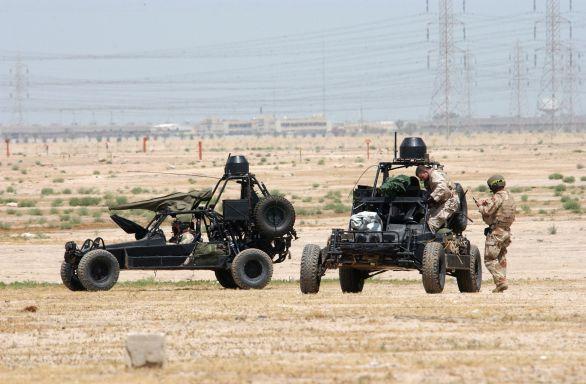 Foto: Příslušnící Navy SEAL s pouštní buginou. / U.S. Navy