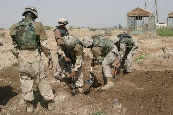 Agenti NCIS exhumujú telo irackého občana za účelom upresnenia príčiny smrti (Iraku, 2005)