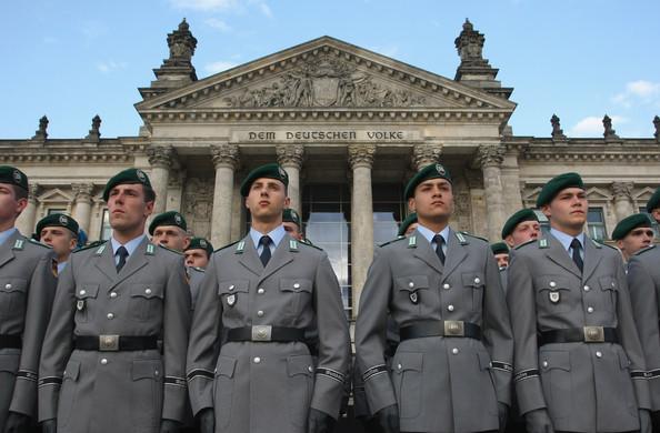 Foto: Němečtí vojáci před Budovou Říšského sněmu v Berlíně. / Německé ministerstvo obrany