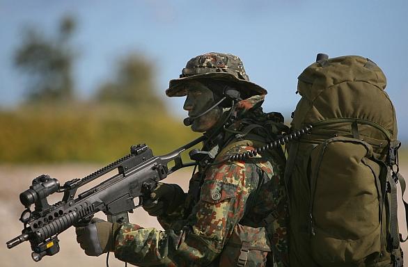 Foto: Německý voják s karabinou G36C; ilustrační foto; větší foto / Public Domain