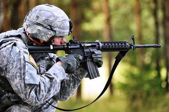 Foto: Americký voják při střelbě z karabiny IIC (Improved Individual Carbine) firmy Colt. / US Army