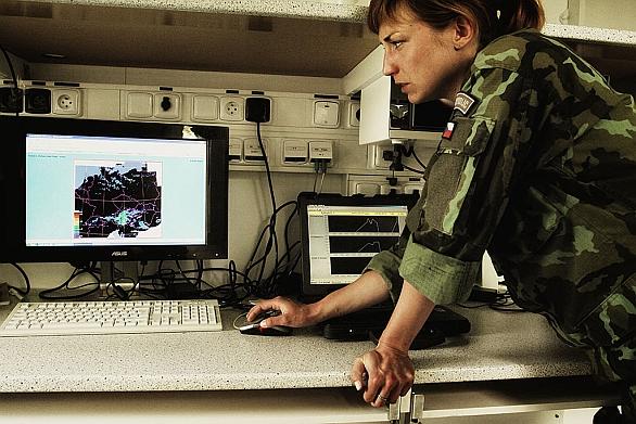 Foto: Poručík Helena Holečková ukazuje, jak se předpovídá počasí