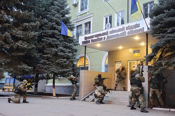 Foto: Obsazování policejní stanice v Kramatorsku. / ČTK, autor: Maxim Dondyuk