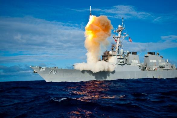 Foto: Odpal střely SM-6 z amerického torpédoborce; větší foto / US Navy