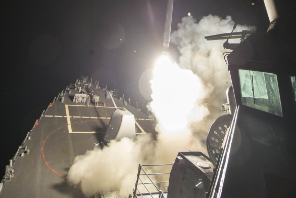 Foto: Americký torpédoborec odpaluje střelu USS Ross (DDG-71) Tomahawk na cíl v Sýrii; větší foto / US Navy
