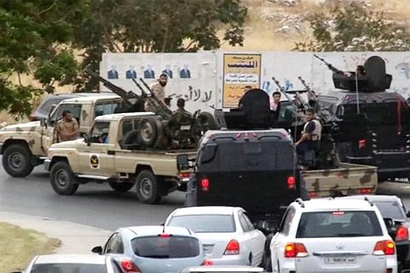 Foto: Jedna z mnoha ozbrojených skupin v Tripolisu.  / Česká televize