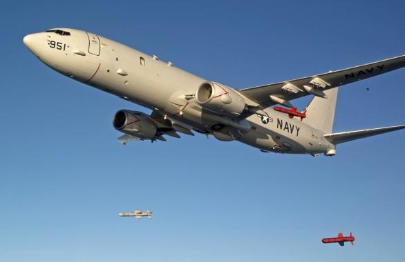 Foto: P-8A Poseidon odhazuje trojici protilodních střel Harpoon; větší foto / Boeing