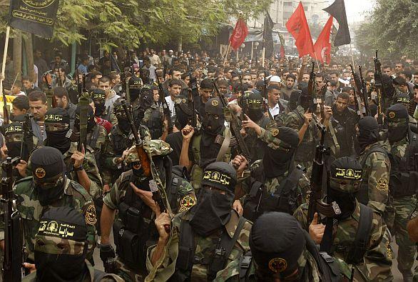 Foto: Bojovníci Hamásu v pásmu Gazy. Palestinský islámský džihád vznikl pod vlivem íránské revoluce. Mezi proklamované cíle patří osvobození celého území Palestiny, zničení Státu Izrael a jeho následné nahrazení teokracií založenou na islámu. / Reuters