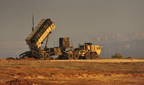 Foto: Americké systémy Patriot v Turecku; větší foto / Public Domain