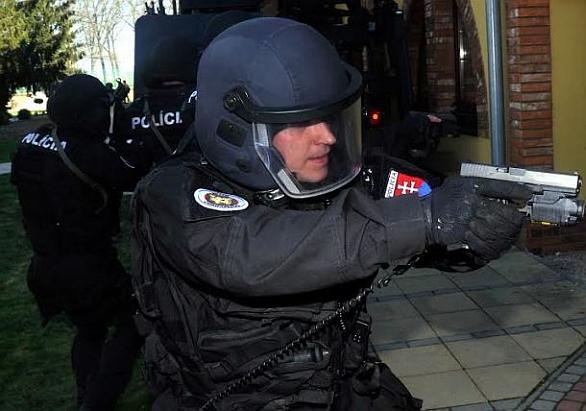 Foto: Slovenský policista v akci s pistolí Glock; ilustrační foto / Ministerstvo vnitra SR