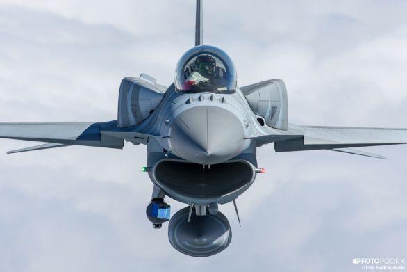 Foto: Polský F-16C s komorními nádržemi a střeleckým pouzdrem (vlevo dole) Sniper ER; větší foto / Filip Modrzejewski