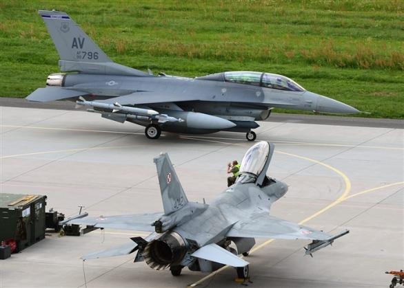 Foto: Polská a americká F-16 na letecké základně v Polsku. / U.S. European Command