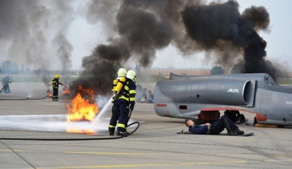 Prvotní zásah Letištní hasičské jednotky po simulované havárii letounu