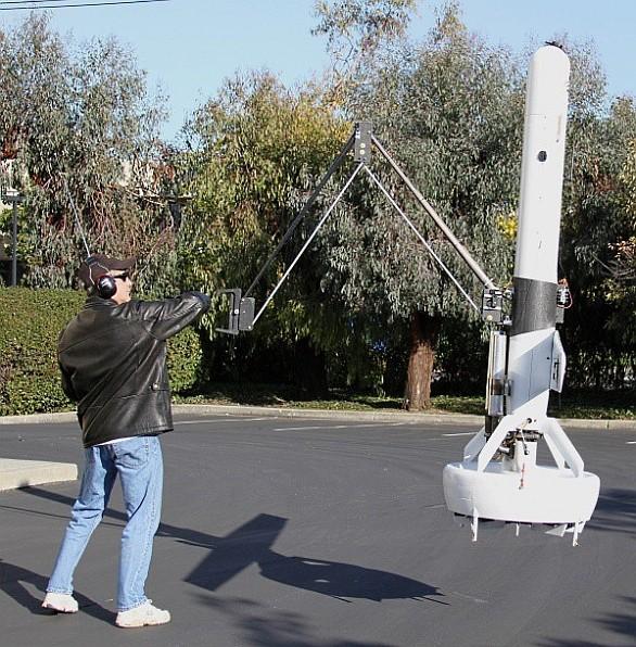 Bezpilotní stroj s robotickou rukou