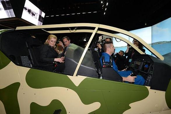 Foto: V Chorvatsku je velmi aktivní americká firmy Sikorsky. Chorvatská prezidentka si vyzkoušela simulátor bitevního vrtulníku AH-1Z Viper. / Archív autora