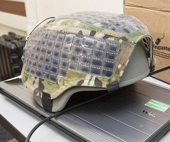 Foto: Americká armáda testuje solární články umístěné na přilbě a batohu. / U.S. Army