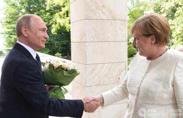Foto: Kancléřka Angela Merklová a ruské prezident Vladimír Putin; větší foto / Public Domain