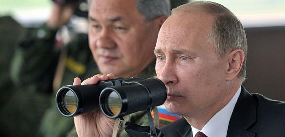 Foto: Vladimír Putin sleduje ruské vojenské cvičení; ilustrační foto