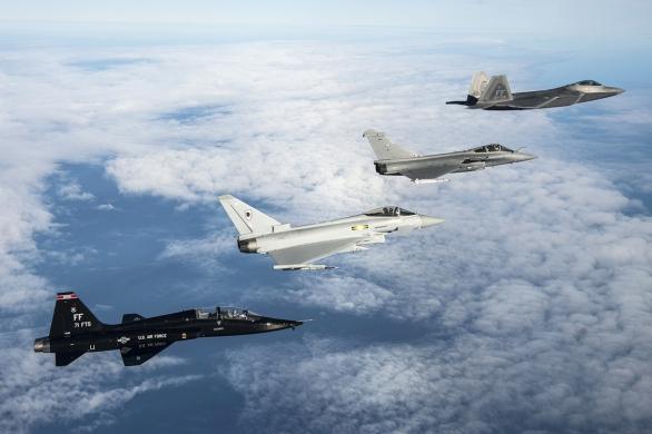 Foto: Raptor, Rafale, Typhoon a v popředí bandita T-50 Talon; větší foto / Public Domain