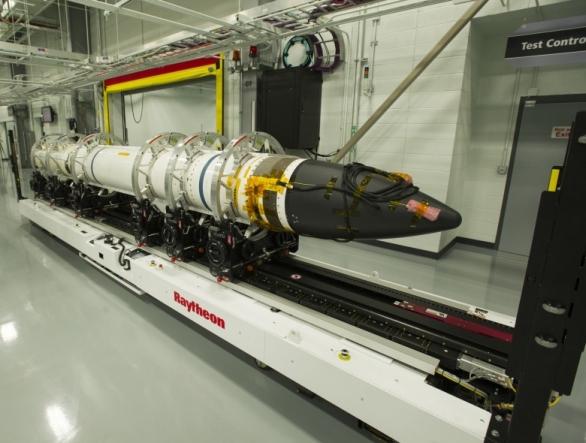 Foto: Raketa SM-3 ve výrobní závodě Raytheon. / Raytheon