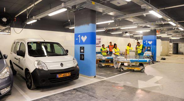 Foto: Tři patra podzemních garáží se dokáží během 48 hodin změnit na největší podzemní nemocnici na světě. /  Nemocnice Rambam