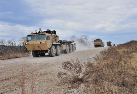 Foto: Robotický konvoj složený z vozidel PLS / Lockheed Martin