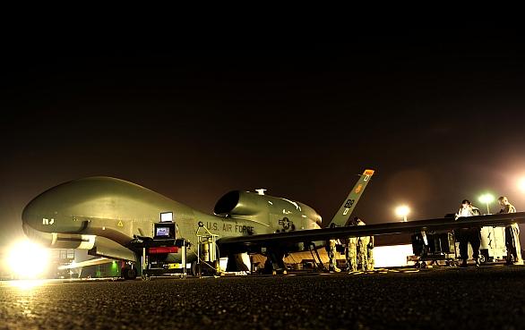 Foto: RQ-4 Global Hawk na přistávací ploše v péči techniků; větší obrázek / U.S. Air Force
