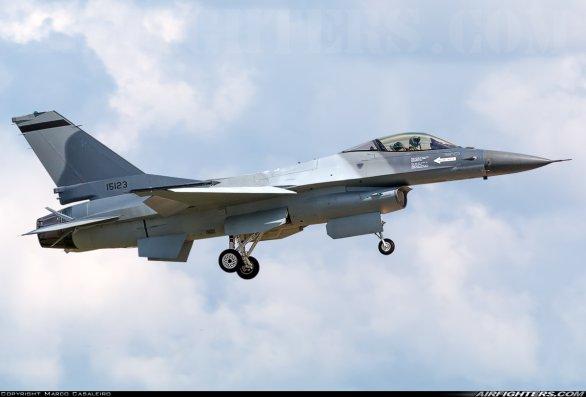Foto: První rumunská F-16 MLU ve vzduchu; větší foto / Marco Casaleiro