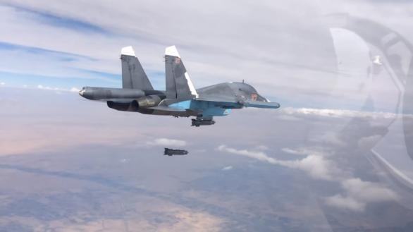 Foto: Suchoj Su-34 provádí přesné bombardování pomocí neřízených bomb FAB-500. O přesné zasažení cíle se stará důmyslný letecký zaměřovací systém SVP-24. / Mil. ru; CC BY 4.0