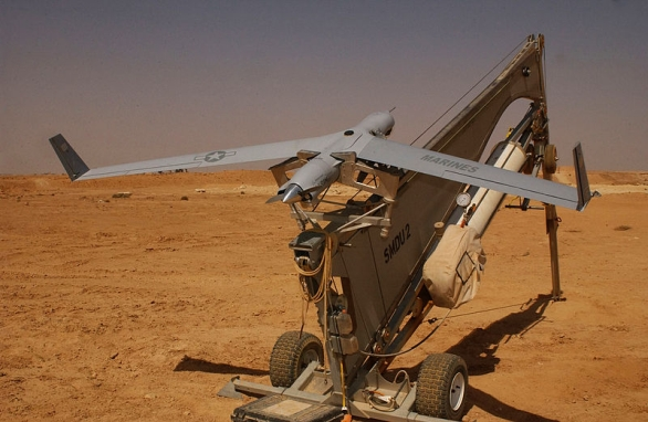 Foto: Bezpilotní letoun ScanEagle na startovacím katapultu SuperWedge. / Wikipedia