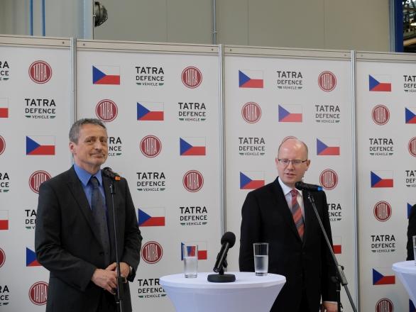 Foto: Slavnostního otevření se zúčastnil ministr obrany Martin Stropnický a premiér Bohuslav Sobotka. / TATRA TRUCKS