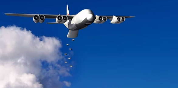 Foto: Nosný letoun shazuje velmi levné řízené střely. / DARPA