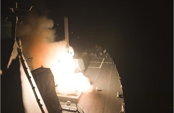 Foto: Torpédoborec USS Arleigh Burke (DDG 51) odpaluje střelu Tomahawk proti pozicím Islámskému státu v Iráku; větší foto / Raytheon