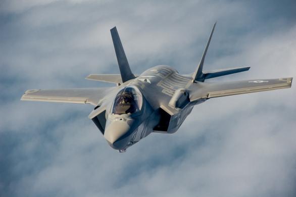 Foto: Stíhačka F-35A Lightning II se přibližuje k tankovacímu letadlu; větší foto / Public domain