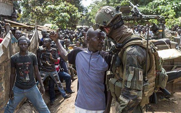 Afričtí i evropští vojáci opouštějící Středoafrickou republiku