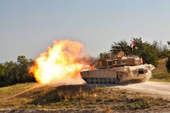 Foto: M1A2 Abrams při střelbě; větší foto / Public Domain