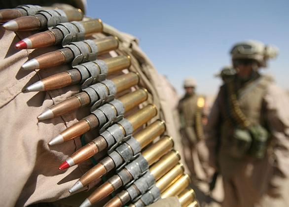Foto: Náboje se stopovkou v kulometném pásu. / US Army