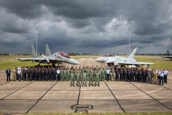 Foto: Indičtí a britští piloti stíhaček Su-30MKI a Eurofighter Typhoon; větší foto / Royal Air Force