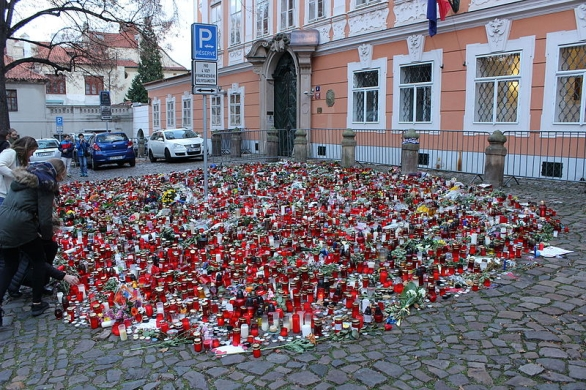 Foto: Svíčky před francouzskou ambasádou v Praze. / Jan Polák, CC BY-SA 3.0