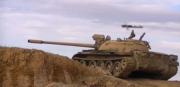 Foto: Střela z kompletu TOW míjí syrský T-55. / YouTube