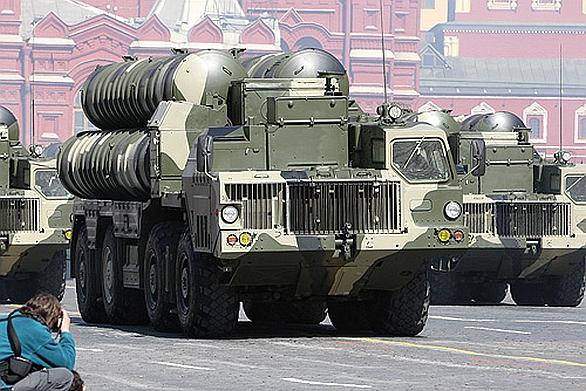 Foto: Systém S-300 na vojenské přehlídce v Moskvě (2009). / kremlin.ru, CC BY 3.0