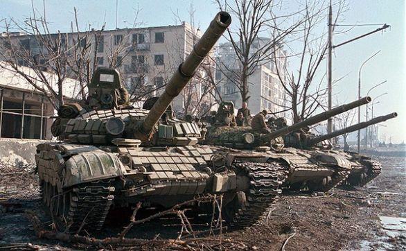 Foto: Tanky T-72BV s reaktivním pancířem Kontakt-1 v Grozném, během druhé čečenské války. /  www.missinglynx.com