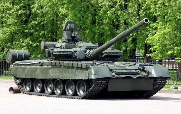 Foto: T-80BV s reaktivním pancířem Kontakt-1; větší foto / Vitaly V. Kuzmin, CC BY-SA 4.0