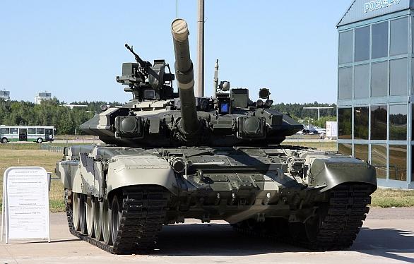 Foto: T-90 s reaktivním pancířem Kontakt-5. Reaktivní pancíř poskytuje skvělou ochranu proti moderní protitankové munici, na druhou stranu nekryje celou plochu předního pancíře; větší foto / Vitaly V. Kuzmin, CC BY-SA 3.0