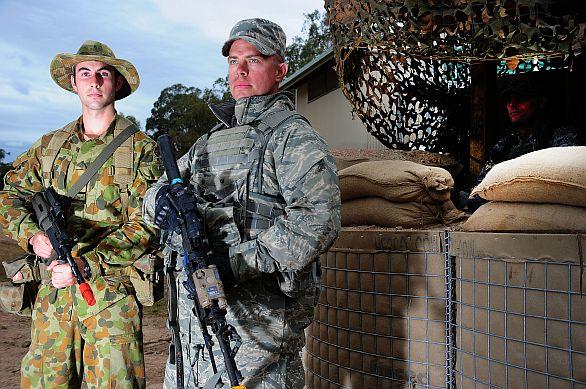 Foto: Australský a americký voják na cvičení Talisman Sabre 2013 / Australian MOD
