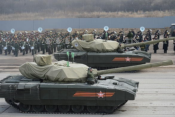 Foto: Tank T-14 Armata se zamaskovanou dělovou věží; větší foto / Ministerstvo obrany Ruské federace