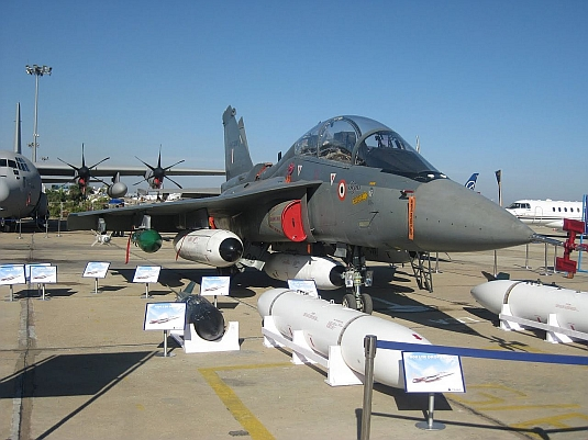 Foto: Tejas LCA na výstave Aero India 2011. / Defence 19, CC BY 3.0
