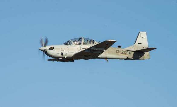 Foto: A-29 Super Tucano nad základnou Moody Air Force Base. Letadla a základna slouží pro výcvik afghánských pilotů; větší foto / Public domain