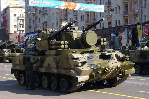 """Foto: """"Osobními strážci"""" S-400 Triumf se v ostré akci stanou například komplety krátkého dosahu Tunguska. / Leonid Dzhepko, CC BY-SA 3.0"""