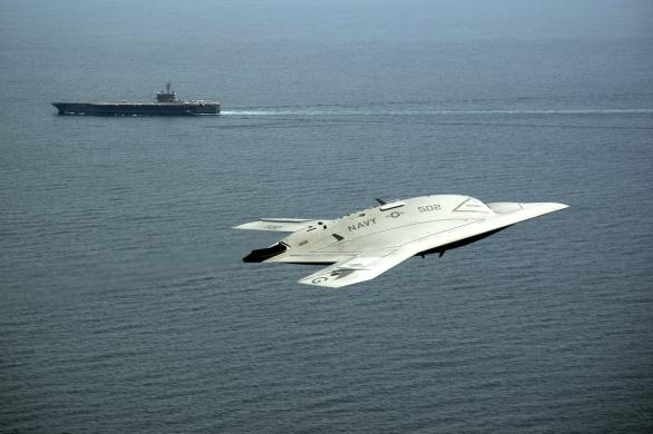 Foto: Technologický demonstrátor X-47B je pravděpodobně věrným předobrazem letounu UCLASS; větší foto / Public domain